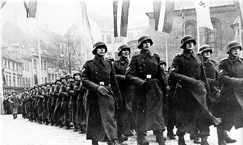 Бездарные вояки, но опытные палачи маршируют по Риге (1943)
