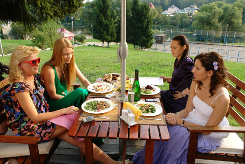 Четыре подруги: Аня (Анна СЛЮ), Саша (Светлана ХОДЧЕНКОВА), Катя (Ксения ГРОМОВА) и Люба (Алиса ХАЗАНОВА)