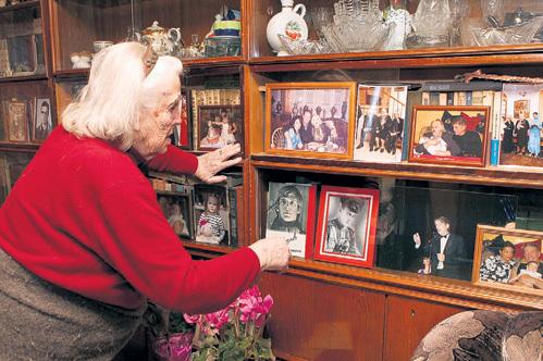 В комнате Людмилы Александровны много фотографий дорогих ей людей