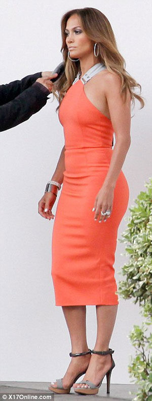 Оранжевое платье от Виктории БЕКХЭМ сидело на попе ЛОПЕС как влитое