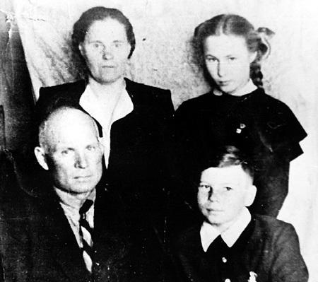 Семейное фото: папа Василий Павлович, мама Александра Ивановна, дочь Марина и сын Володя (1954 г., Свердловск)