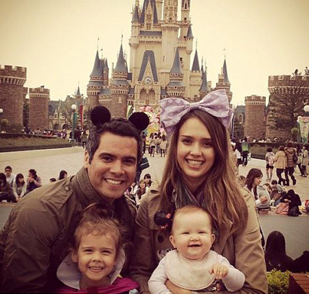 У подножия замка Спящей красавицы родители малышек Онор и Хэйвен - Джессика АЛЬБА и Кэш УОРРЕН стали Микки-Маусом и Мини-Маус