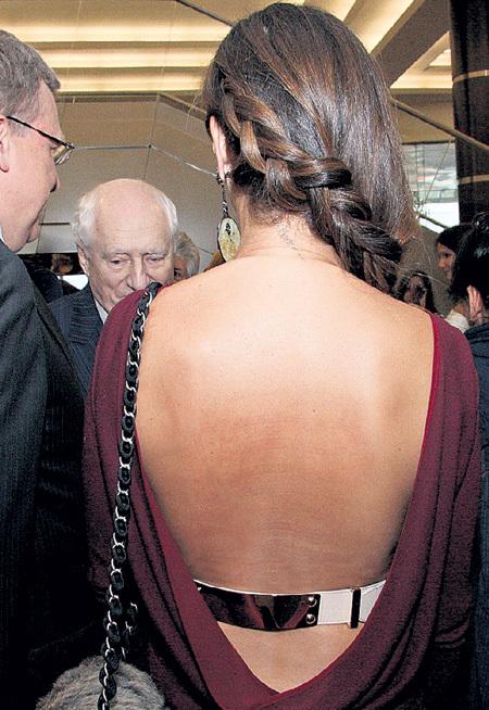 Экс-министр одевает жену во всё самое блестящее