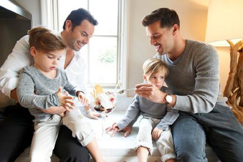 Рики с бойфрендом Карлосом и двумя сыновьями - суррогатными близнецами