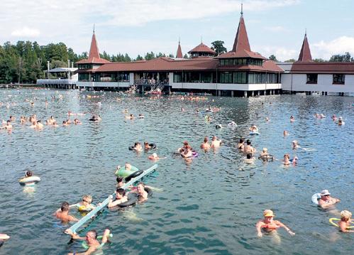Лечебный эффект термального озера Хевиз (Венгрия) не зависит от времени года: даже зимой температура воды здесь 24 - 26 градусов