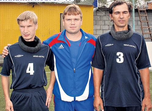 Тренер ЧЕГАЕВ (в центре) с ведущими игроками - Владимиром ВОЕВОДКИНЫМ и Михаилом ШАРАФЕТДИНОВЫМ (справа)