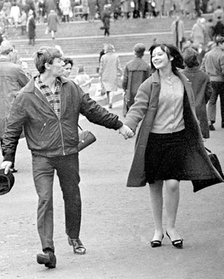 ЗБРУЕВ и САВЕЛЬЕВА в молодости любили гулять в сквере около кинотеатра «Россия» (фото kino-teatr.ru)