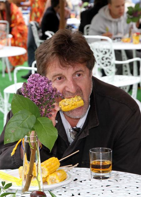 Выполнив свой долг по посадке деревьев, ЯРМОЛЬНИК с удовольствием выпил виски и закусил кукурузой (фото Бориса КУДРЯВОВА)