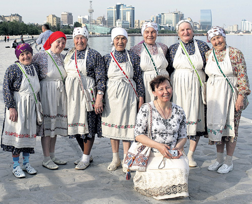«Бурановские бабушки» в Баку устраивали променад по набережной со своим худруком Ольгой ТУКТАРЕВОЙ