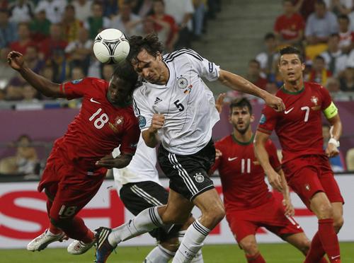 Немецкие футболисты взяли верх над командой Португалии. Фото Reuters.