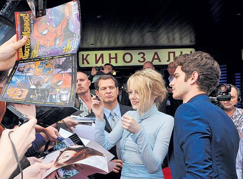 Эмма СТОУН и Эндрю ГАРФИЛД очаровали поклонников своими совместными закорючками