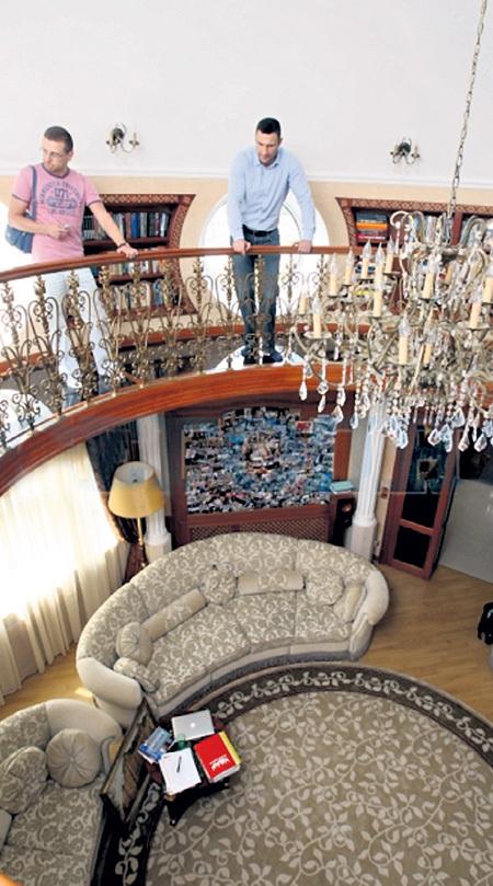 В киевской квартире даже братьям-гигантам не приходится тесниться. Фото: vk.com