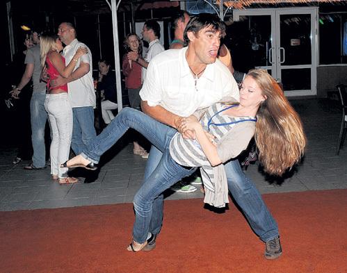 А вечерами под улюлюканье коллег Лёша кружил в танце златовласых девчонок