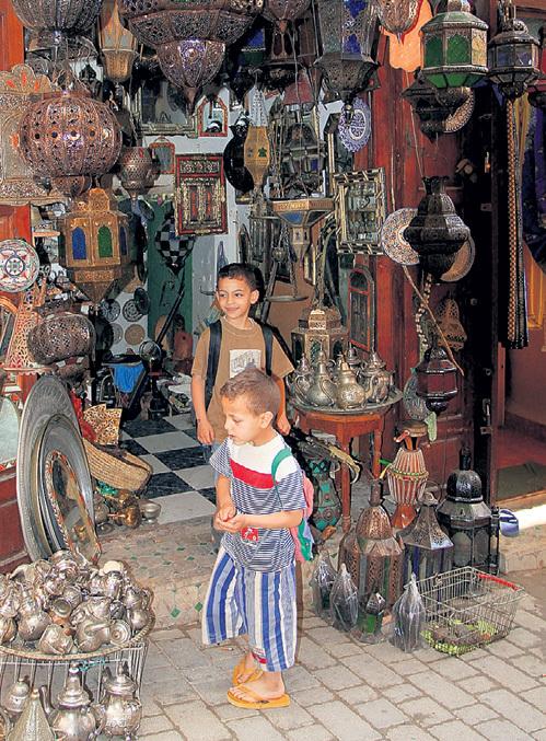 Школу жизни маленькие арабы проходят на базаре