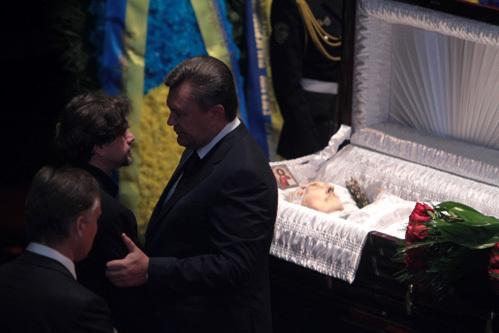 Сын Богдана Ступки Остап (в центре) и президент Украины Виктор Янукович (справа) на церемонии прощания с актёром