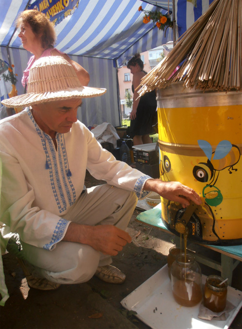 В семье ТКАЧЕНКО – занятие пчеловодством передается из поколения в поколение. Прадед Виктора Алексеевича возил мед в Европу на подводах, а сам он возит его в Полтаву из Решетиловского района на собственном автомобиле
