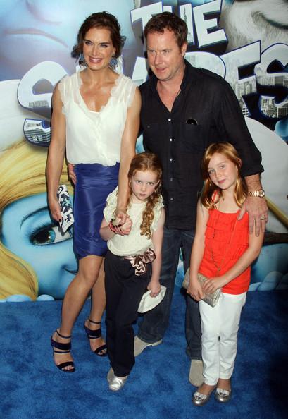 Брук ШИЛДС с мужем и дочками.