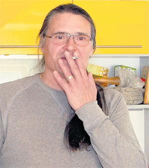 Отец Агнии Олегас ДИТКОВСКИС нервно курит в сторонке: его на свадьбу не позвали