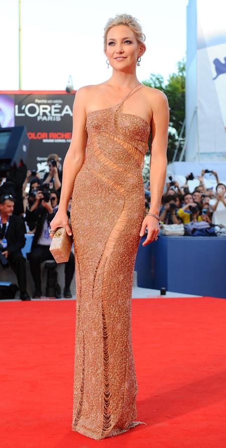 Актриса появилась в облегающем платье, требующем безупречной фигуры. Ради этого Кейт готова потеть в спортзале по шесть часов  в день!