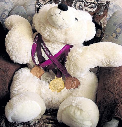 Вот такого плюшевого медведя подарил гимнастке её бойфренд. Медали на шее у Мишки настоящие - Алия повесила