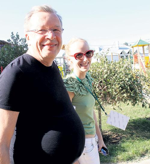 Свой легендарный «живот-арбуз» автор «русской красавицы» продемонстрировал на прошлогоднем фестивале «Киношок» (на фото сочинитель с юной супругой Катей)