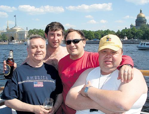 Певец взял в коллектив барабанщика Сергея ПОПОВА (крайний справа) из провинциального Магнитогорска