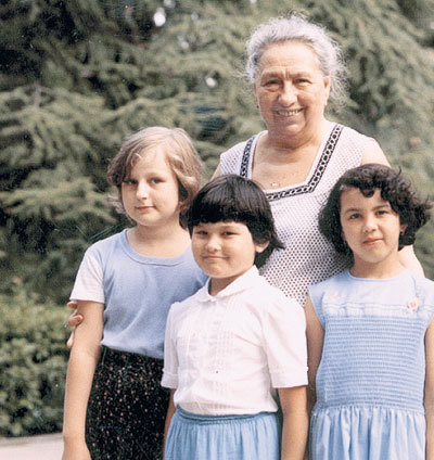 Виктория Петровна души не чаяла в любимой правнучуке Галочке (крайняя слева)