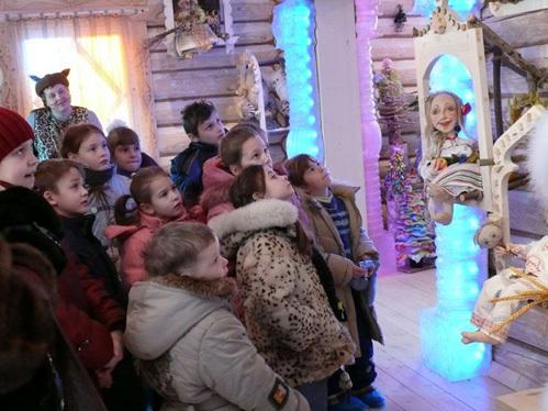 Детвора смотрит кукольное представление в тереме. И водит хороводы