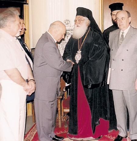 Во время визита в Иерусалим патриарх греческой церкви вручил ЛУЖКОВУ мощи великомученика Георгия Победоносца (справа - Владимир РЕСИН)