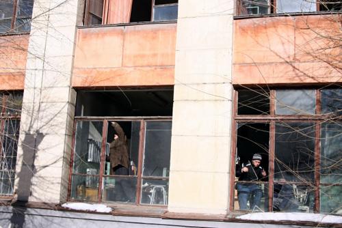 В городе убирают выбитые стекла и вставляют новые (фото РИА Новости)