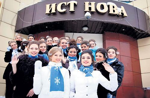 В январе 2013 г. Эльмира взяла приз зрительских симпатий на конкурсе «Мисс Снежная Вселенная» (на фото - участницы шоу)