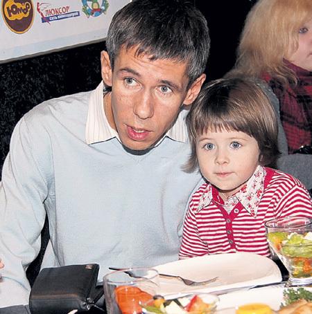 Алексей ПАНИН не хочет отдавать дочку бывшей жене, хотя по суду обязан это сделать