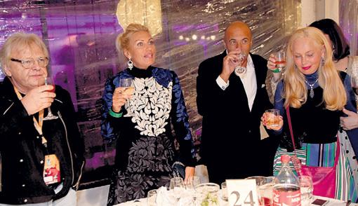 Юрий АНТОНОВ и Игорь КРУТОЙ подняли тост за «Волну» без «фанеры». Дамы тост поддержали (в центре - сестра Игоря Алла, справа - Нелли КОБЗОН)