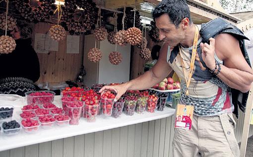 Бывший член группы «Чай вдвоем» Стас КОСТЮШКИН сначала проявил большой интерес к прилавку с фруктами...