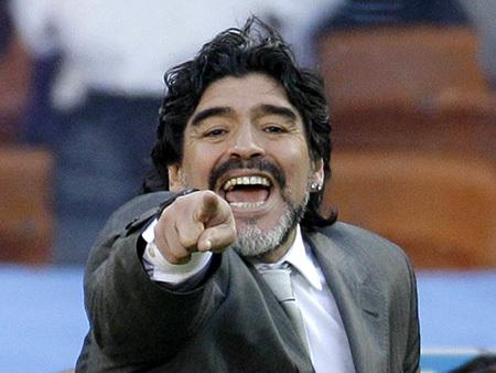 Диего Марадона вновб избил журналиста. Фото: