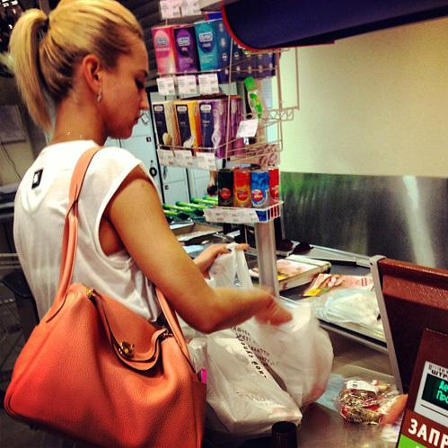 =Мы за безопасную любовь=, – гласит подпись к фотографии, на которой Бузова приобретает презервативы в одной из столичных аптек.