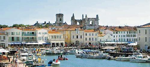 В порту города Сен-Мартена богатые и знаменитые швартуют свои яхты - этого почётного права многие дожидаются по 25 лет