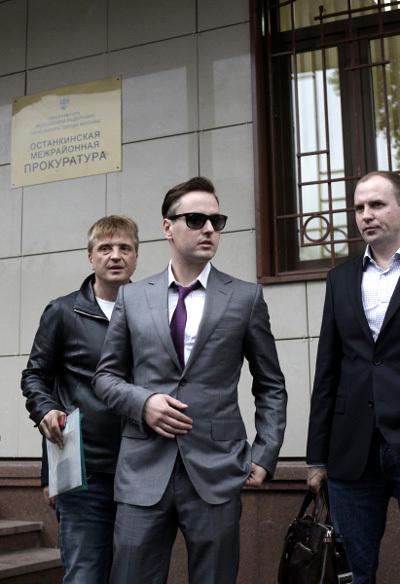 ВИТАС с продюсером Сергеем ПУДОВКИНЫМ и адвокатом Сергеем ЖОРИНЫМ (фото РИА =Новости=)