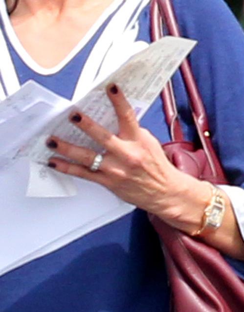 Супруги по-прежнему носят обручальные кольца