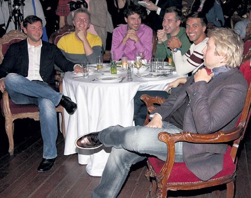 Вячеслав МАНУЧАРОВ и Николай БАСКОВ коротали время в чисто мужской компании