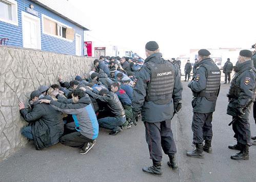 По горячим следам по решению суда выдворили из России около сотни нелегалов. Фото: © Reuters