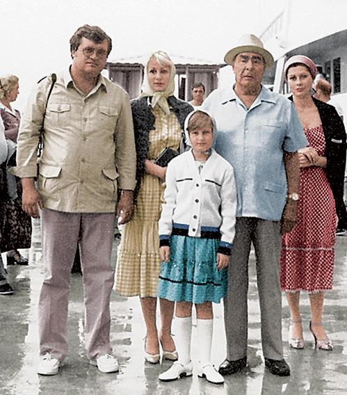 БРЕЖНЕВ с внучкой Викторией (слева от генсека), её мужем Геннадием ВАРАКУТОЙ и правнучкой Галей
