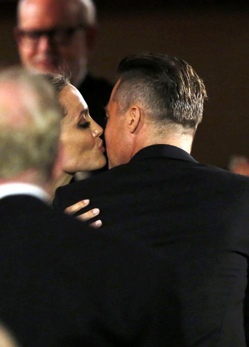 Получив Оскар, Анджелина первым делом поцеловала мужа