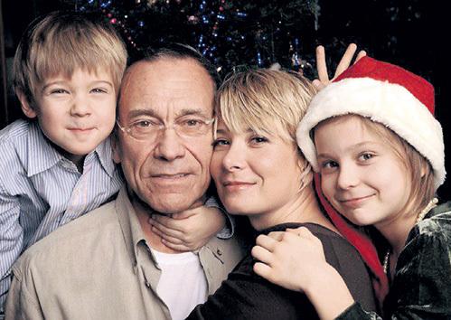 Андрей КОНЧАЛОВСКИЙ и Юлия ВЫСОЦКАЯ с детьми Петром и Марией. Фото: Fb.com