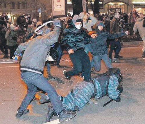 Так недовольная властью и науськанная прозападными политиканами молодежь на майдане вымещала свою злобу на полицейских