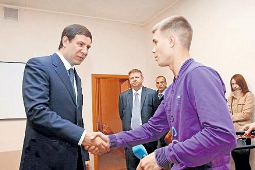Награда для героя: губернатор Михаил ЮРЕВИЧ вручил парню айпад