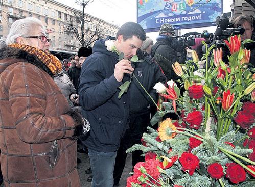 26-летний Леонид БРЕЖНЕВ с Натальей МИЛАЕВОЙ принесли цветы к дому прадеда