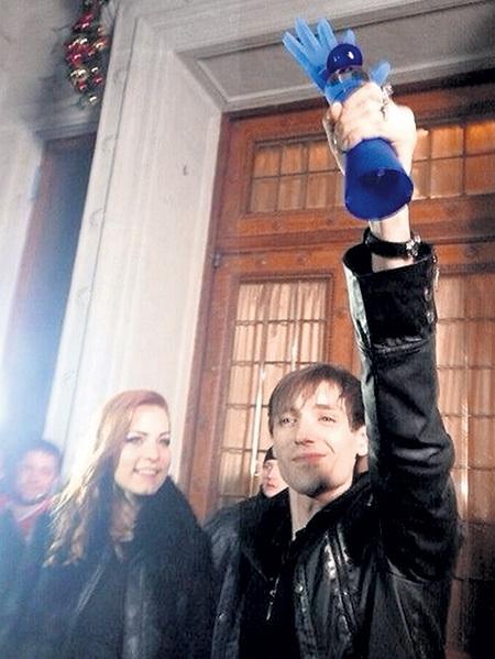 Едва создатели шоу сняли финал, фанаты тут же выложили фото Саши с «рукой» в соцсети (на снимке рядом с Александром - Мэрилин КЕРРО)