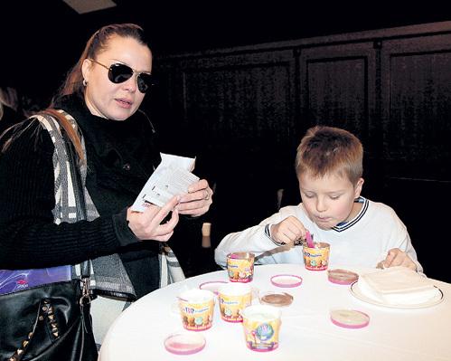 Сын Натальи ГРОМУШКИНОЙ Гордей в антракте подкрепился дюжиной порций мороженого