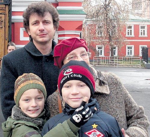 Забросив кино, КАРМАНОВ ушёл в малый бизнес. На фото Валентин вместе с сыновьями и мамой